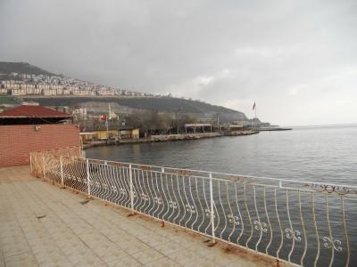 Fotografijos fakulteto valgyklos kiemas ant viduržemio jūros pakrantės